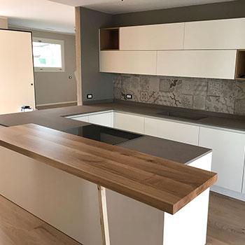Cucina moderna con piano in legno