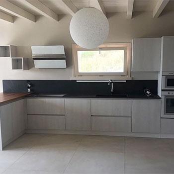 Cucina moderna con piano in legno e travi a vista