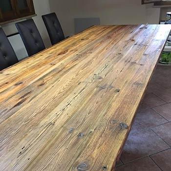 Tavolo in legno vecchio trattato