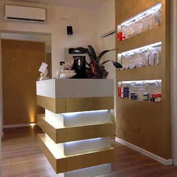 Bancone per negozio con elementi di illuminazione a led